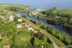 Widok na rzekę Pasłękę, Dom Rybaka i Zalew Wiślany. Zdjęcie ze strony www.domrybaka.com. Obóz Zeglarski dla młodzieży w Nowej Pasłęce.